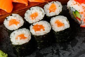 rolos de sushi maki foto