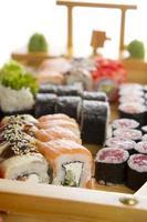 conjunto de sushi isolado no branco bakcground foto