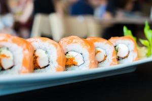 rolo de sushi de salmão foto