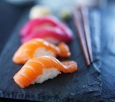 tiro de sushi com foco seletivo extremo foto
