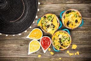 nachos com queijo derretido foto