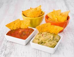 fonte de nachos com salsa foto