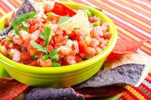 salsa e batatas fritas foto