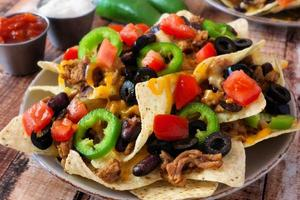 prato de nachos mexicanos picantes totalmente carregados