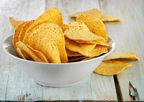 nachos de milho em uma mesa de madeira foto