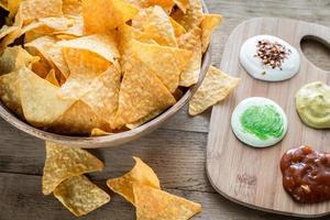 nachos de queijo com diferentes tipos de molho foto
