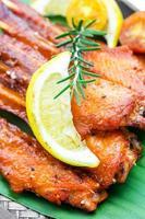 espeto de espetadas de asa de frango fresco foto