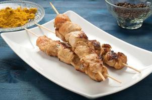 espetos de espetadas de frango indonésio com curry