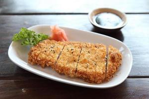 costeleta de porco tonkatsu na mesa de madeira