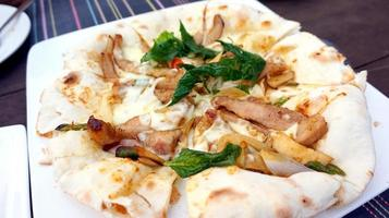 estilo de pizza de fusão de índia tailandesa italiana foto