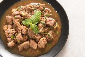 carne de porco grelhada picante tailandesa, moo nam tok foto
