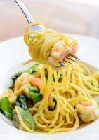 camarão espaguete picante estilo tailandês curry verde foto