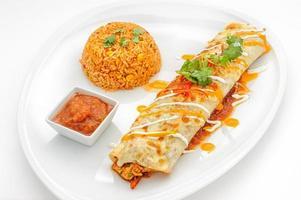 pratos de comida mexicana isolados no branco foto