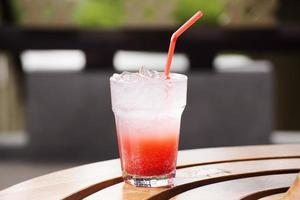 cocktail de suco de refrigerante de morango foto