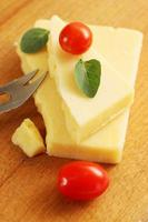 queijo com uma faca foto
