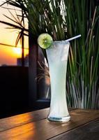 delicioso suco de limão em vidro com luz do sol. foto