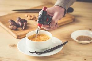 sobremesa com uma crosta de açúcar queimado por um maçarico foto