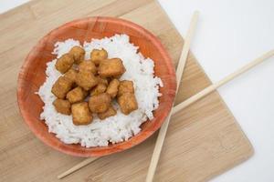 tofu e arroz fritos foto
