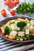 tofu com legumes cozidos foto