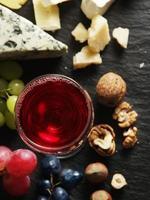 diferentes tipos de queijos com copo de vinho.