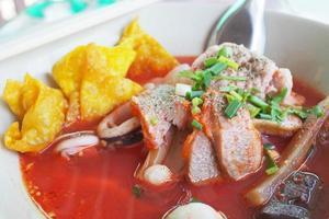 macarrão com carne de porco crocante wonton foto