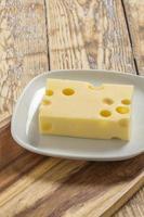 pedaço de queijo foto