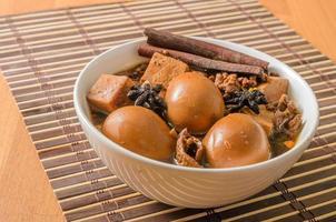 ovos, tofu e carne de porco em molho de cinco especiarias marrom foto