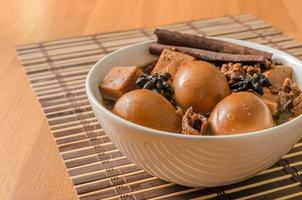 ovos, tofu e carne de porco em molho de cinco especiarias marrom