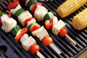 comida: churrasco vegetariano, legumes e espetadas de tofu foto