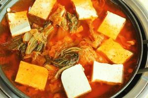 sopa picante kimchi panela quente. Comida coreana foto