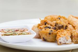 taro frito e feijão preto e coalhada de feijão foto