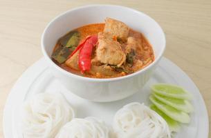 caril vermelho vegano com aletria de arroz tailandês foto