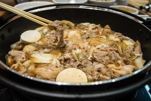 pote de sukiyaki japonês foto
