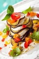 pilhas de berinjela, tomate e mussarela foto