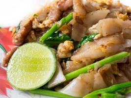 macarrão de arroz frito, é um dos pratos nacionais da Tailândia foto