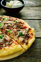 pizza com carne, mussarela e orégano foto
