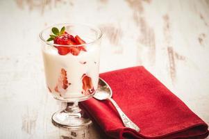 fofo e cheio de vitaminas morangos saudáveis em branco de madeira