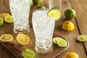 refrescante refrigerante de limão e limão foto