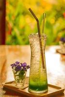 refrigerante de kiwi no chão de madeira. foto
