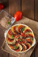 berinjela de prato gratinado com mussarela e tomate foto