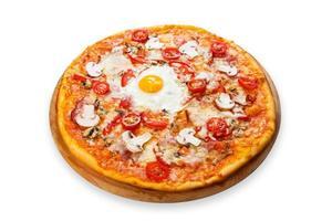 deliciosa pizza com cogumelos, bacon e ovo foto