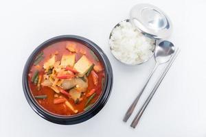kimchi guisado, kimchi chigae, culinária coreana, sopa de kimchi com ste foto