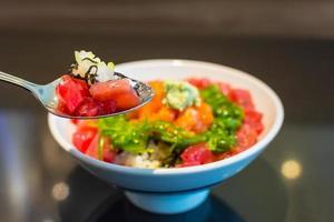 arroz com tártaro de salmão maguro gohan. foto