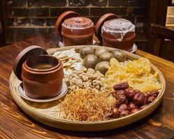 sopa de carne e ervas em panela, estilo de comida chinesa foto