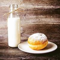 biscoitos e garrafa de leite foto