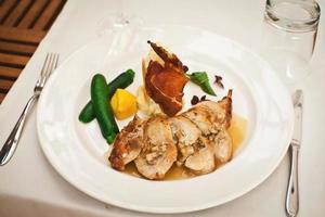 comida saudável e fresca com frango e legumes foto