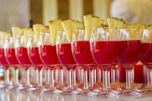cocktails de frutas em fundo preto foto