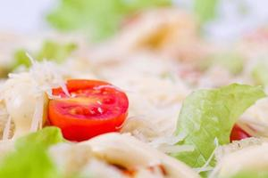 salada caesar em um prato de servir em uma mesa foto