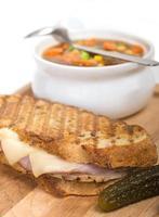 delicioso presunto, carne de porco e queijo suíço panini com sopa de legumes