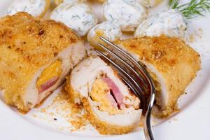 peitos de frango recheados com queijo e presunto foto